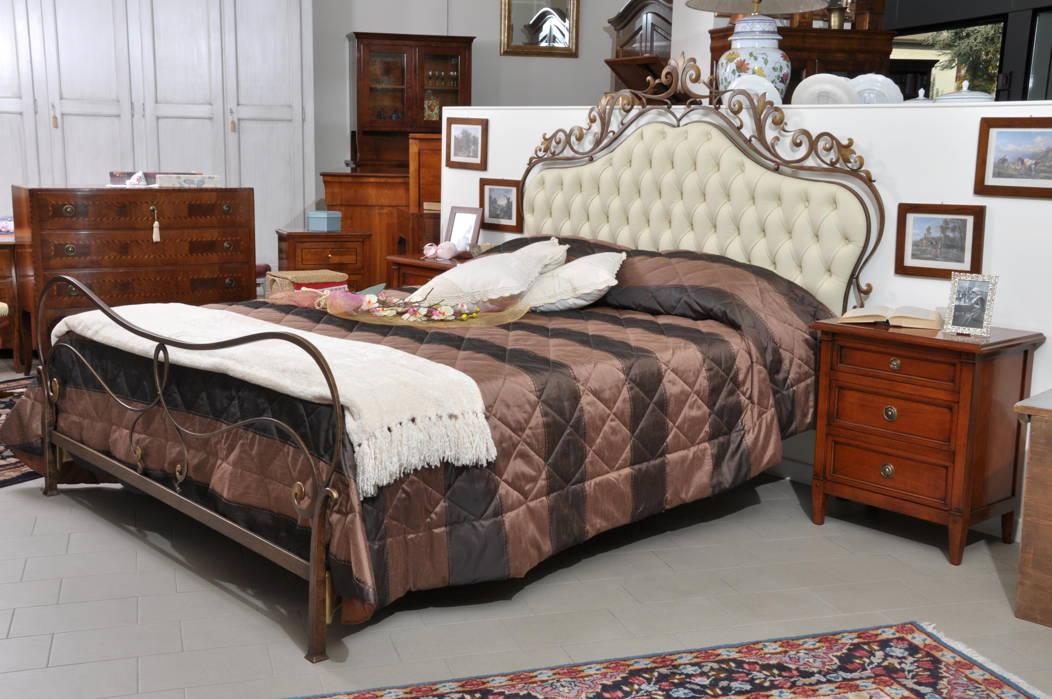 Importante letto matrimoniale realizzato in ferro battuto sagomato e forgiato a caldo in stile - Testata letto matrimoniale ferro battuto ...