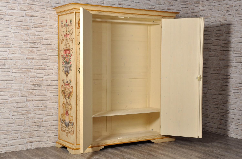 armadio in essenza di abete massello dipinto in stile barocco veneziano made in italy di lusso