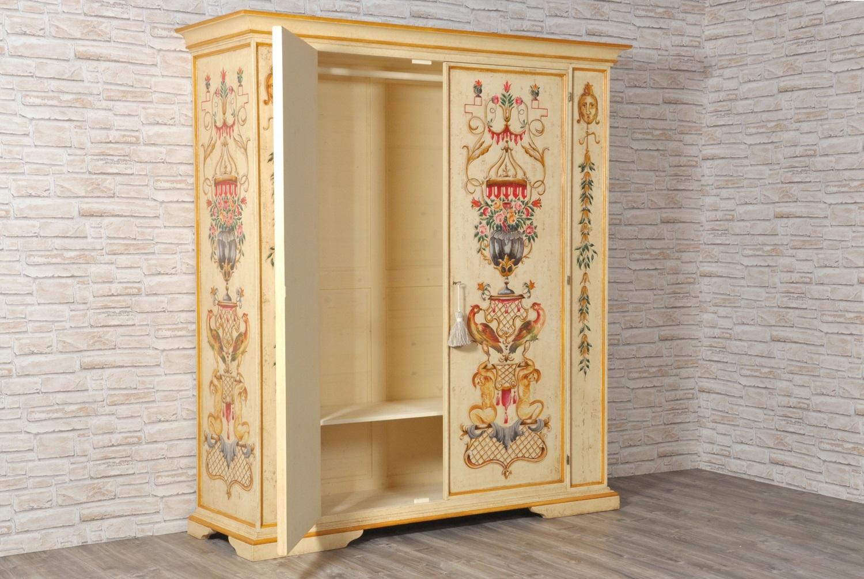 lussuoso armadio dipinto per prestigiose camere e importanti ingressi con decorazioni riprodotte dal mobile originale metà del 1600 realizzato a mano nello stile degli arredi veneziani del XVII secolo