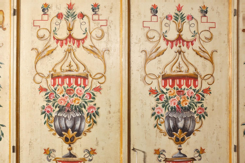 lussuoso armadio in stile veneziano dipinto con fiori e barocchi per ingresso o camera decorato a mano con tempere