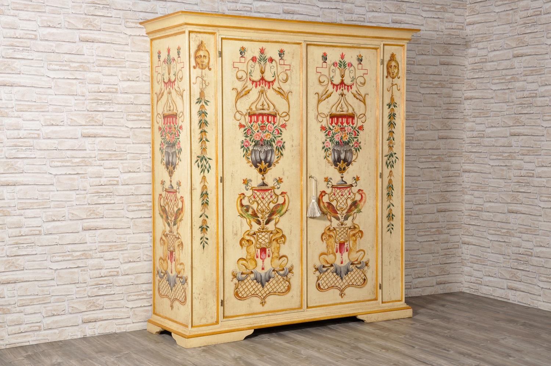 Maestoso e pregiato armadio finemente decorato in stile for Mobili stile veneziano