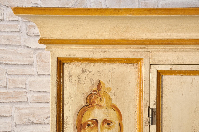 decorazione di lusso e di alta ebanisteria fatta a mano armadio veneziano di grandi dimensioni con cornice sagomata in stile Luigi XV