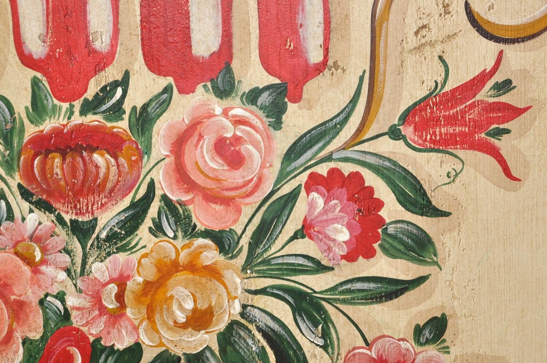 disegni floreali e vegetali con decorazione realizzata a mano con tempere naturali all'acqua dell'armadio veneziano di grandi dimensioni riprodotto nello stile classico del 1600