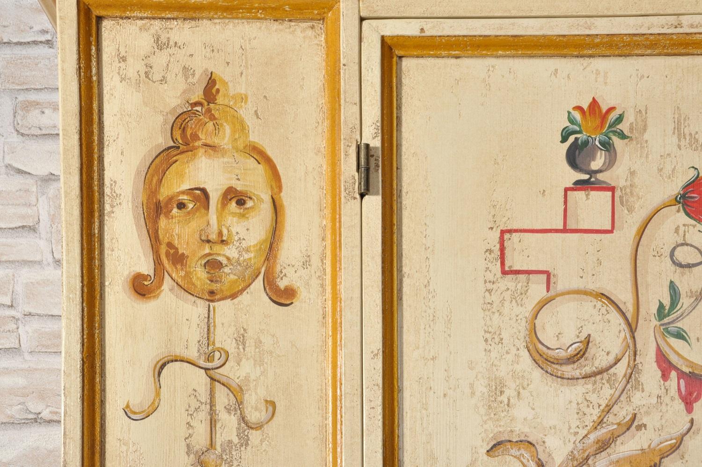 decorazione armadio con barocchi e grifoni in policromia stile veneziano riproducibile su misura