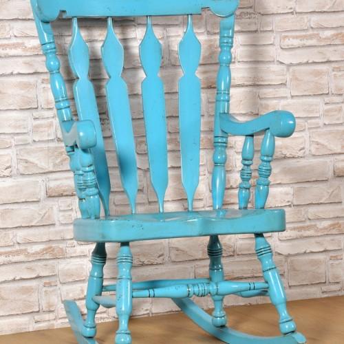 il laboratorio di alta ebanisteria Vangelista mobili ha laccato la sedia a dondolo con una esclusiva finitura color turchese anticato in stile classico country prodotta a mano e personalizzabile su misura