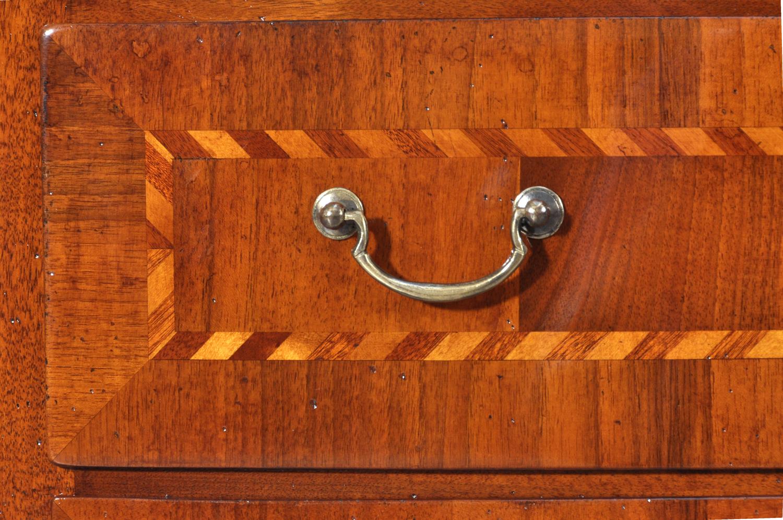 Com sagomato e mosso in legno pregiato di noce intarsi for Mobile seconda mano
