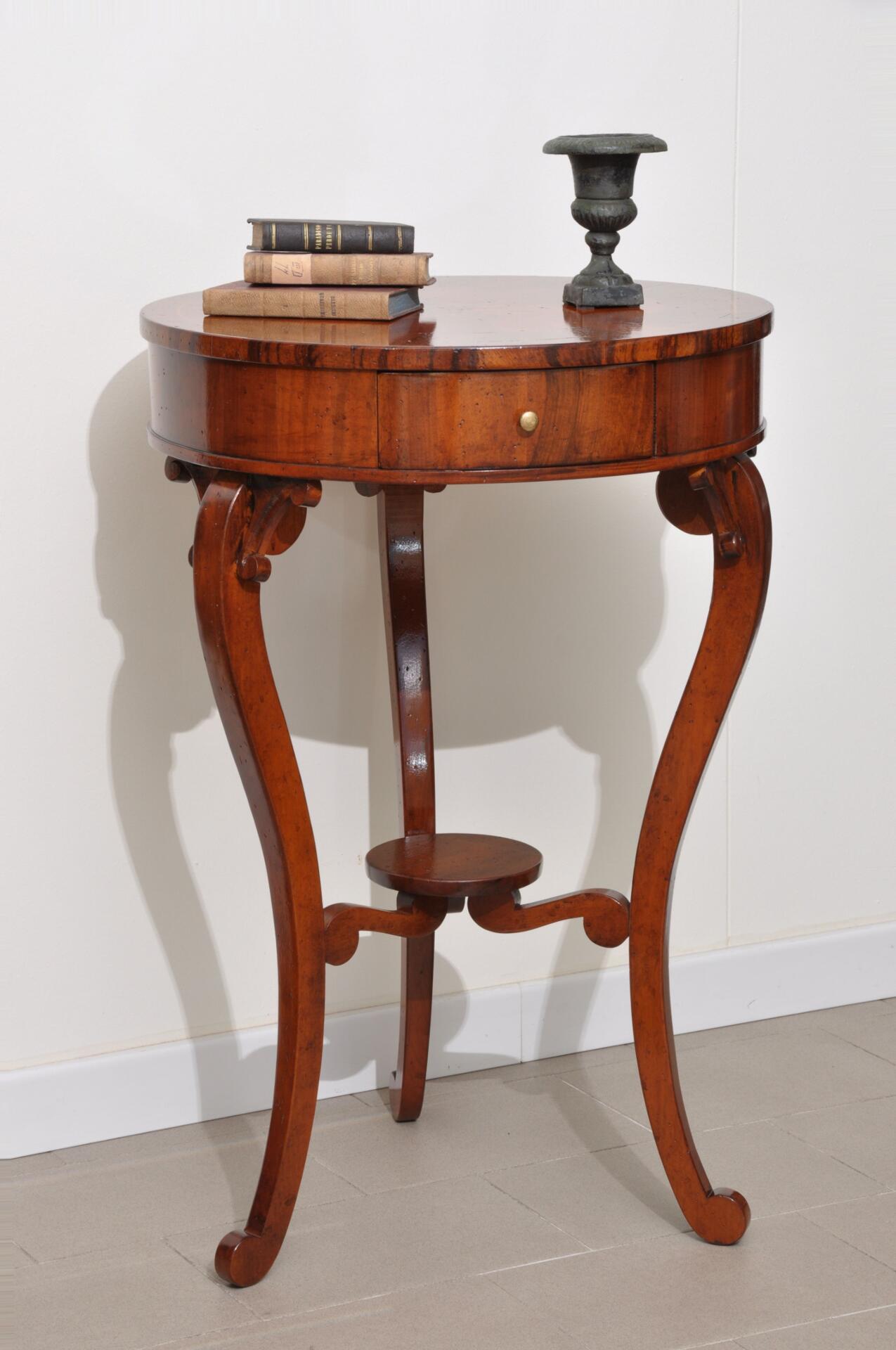 Tavolino rotondo da salotto finemente intarsiato in stile for Mobiletto per salotto