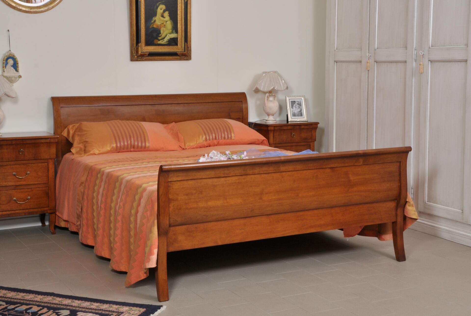 Letto matrimoniale sagomato e mosso a barca in legno for Letti usati