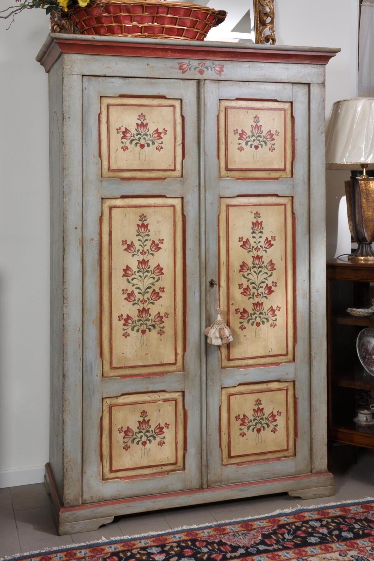 Riproduzione di un armadio d epoca a 2 ante decorato in for Mobili dipinti di design