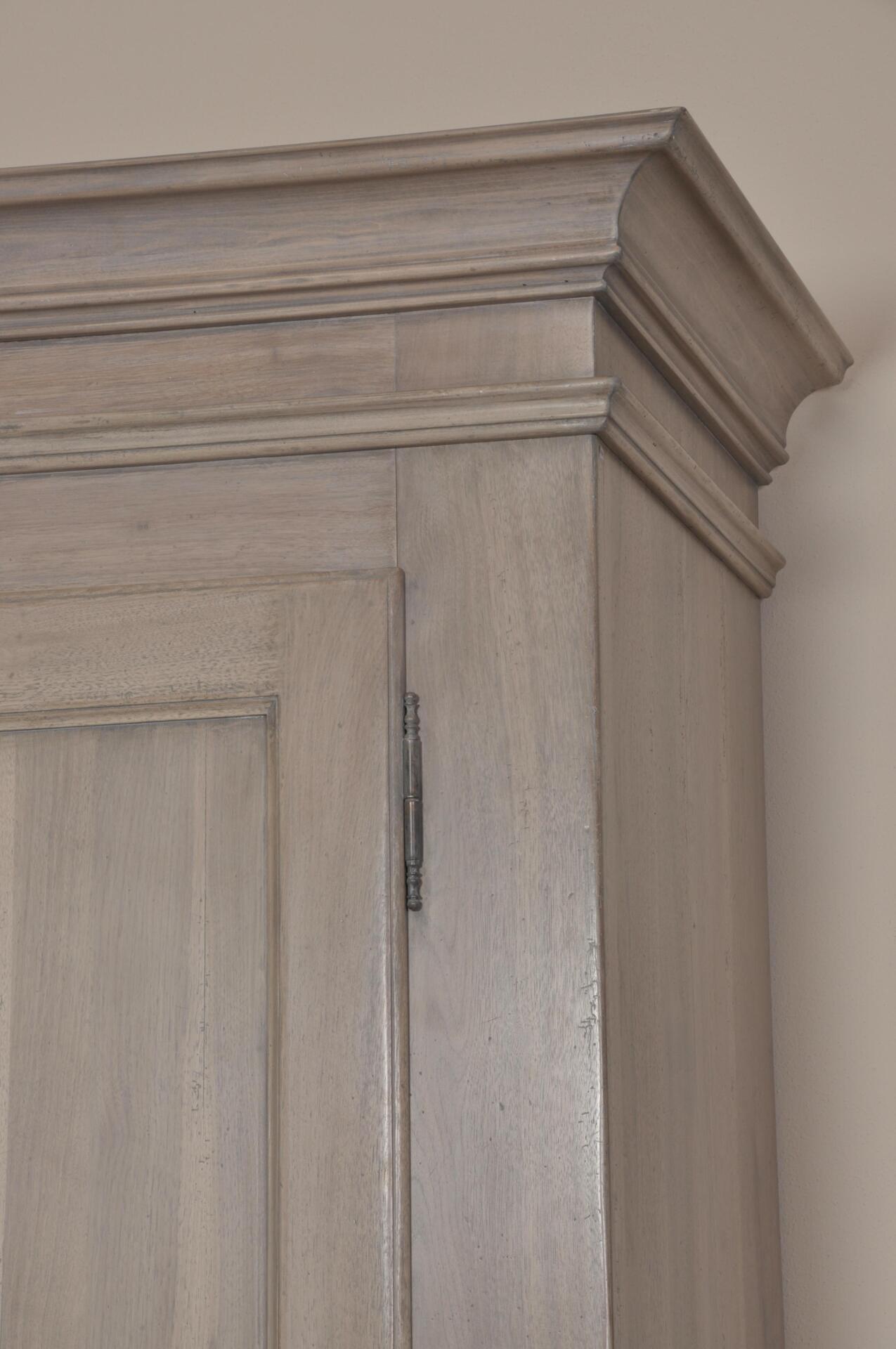 Armadio in stile Provenzale sbiancato a 2 ante e 2 cassetti