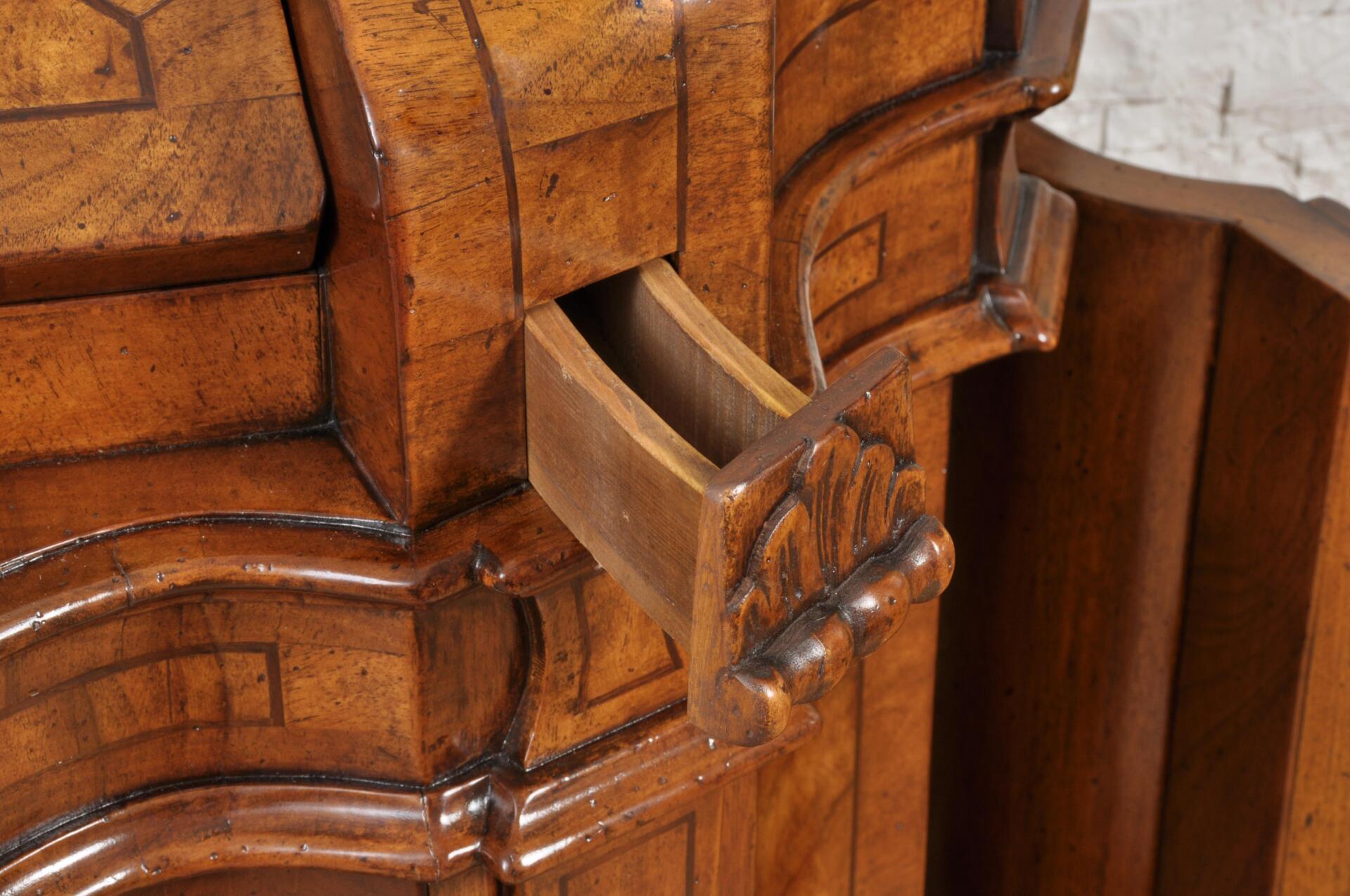 Bureau ribalta sagomato riprodotto in stile settecento - Mobili con segreto ...