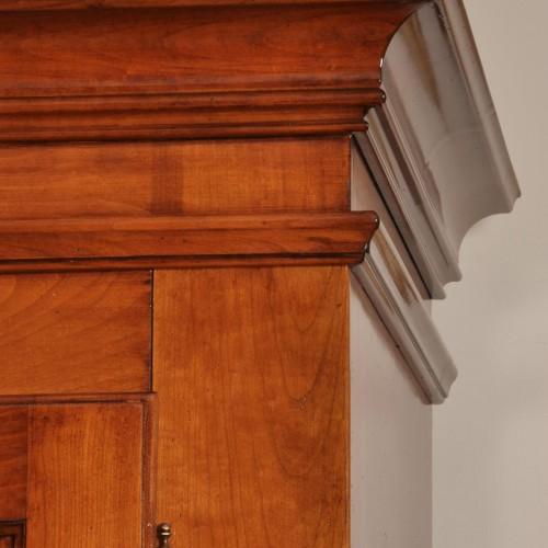 cornice sagomata in essenza di ciliegio massello dell'armadio provenzale pregiato mobile di lusso di costruzione made in Italy