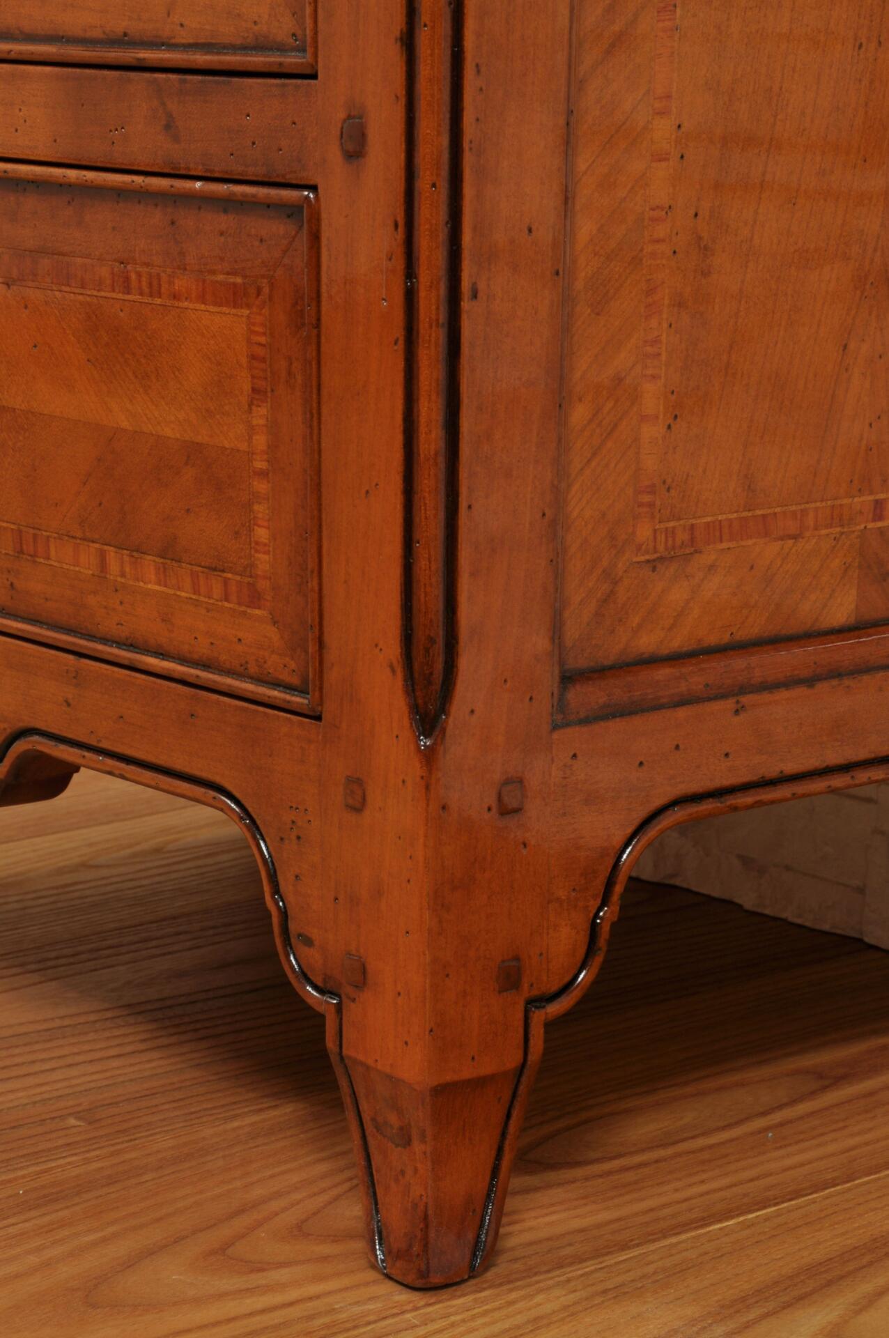 cordoncino intagliato e gambe sagomate a mano nello stile classico provenzale