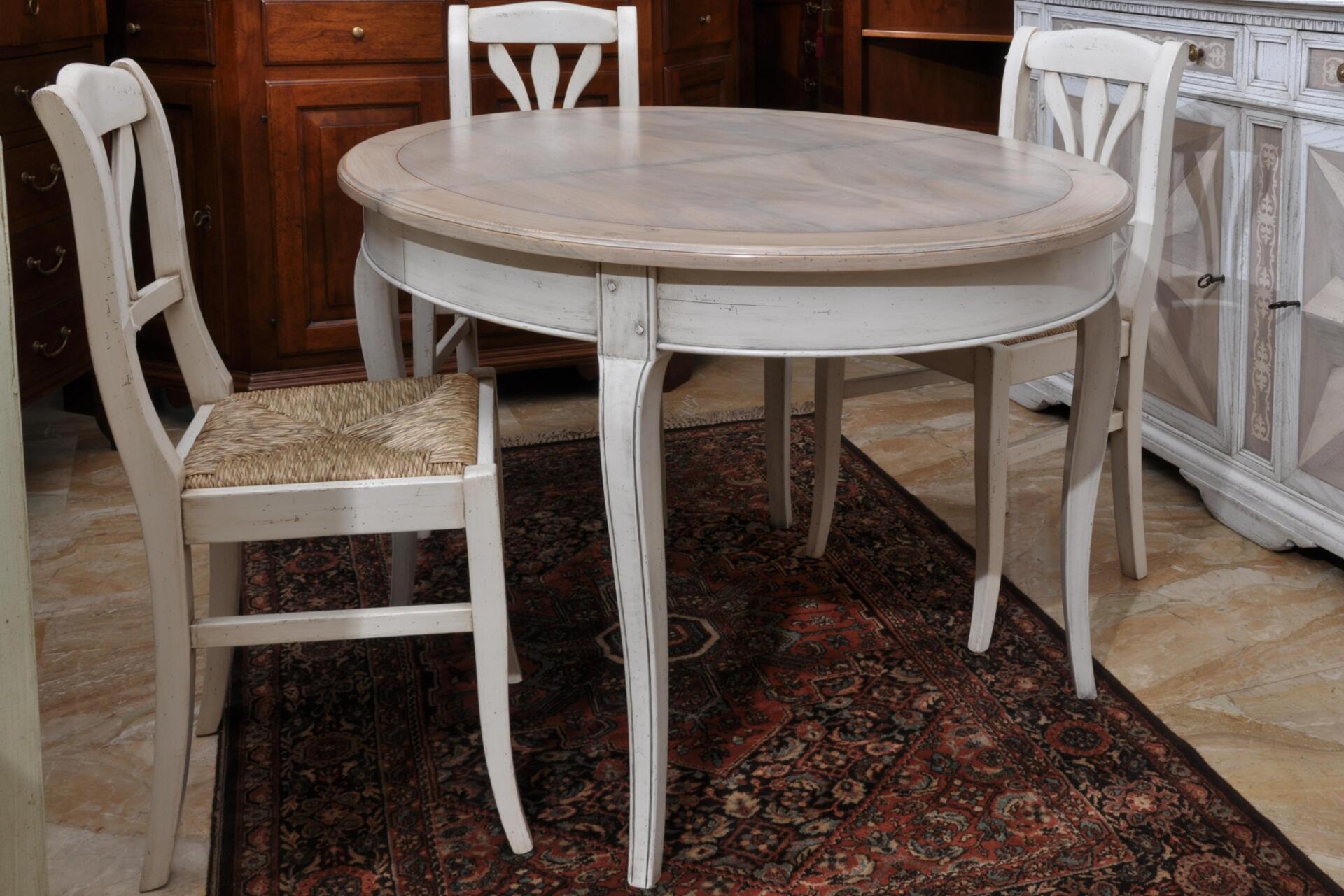 tavolo ovale estensibile di pregio costruito dal brand di lusso Vangelista mobili 1960, in stile classico Provenzale lucidato bicolore prodotto su misura