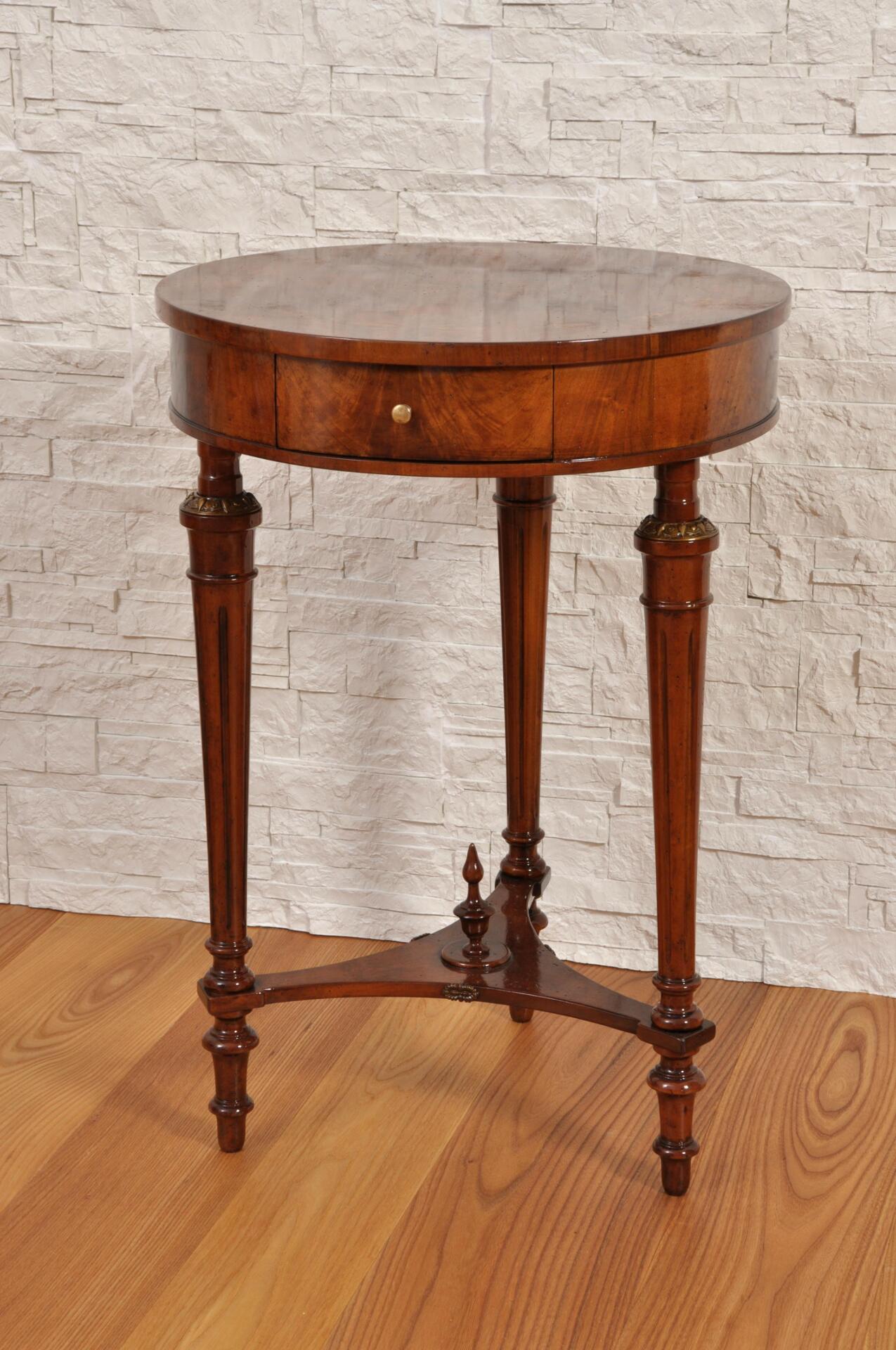 Tavolino rotondo da salotto finemente intarsiato in stile for Tavolino per salotto