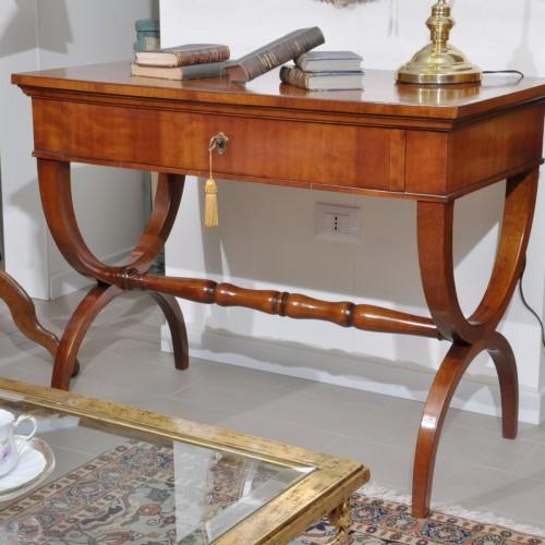 scrittoio di costruzione made in italy di lusso realizzato con gambe a tenaglia e un cassetto riproducibile su misura