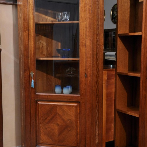 angoliera vetrina realizzata su misura e intarsiata in legni pregiati di noce massello acero ebano e ciliegio in stile 600 piemontese