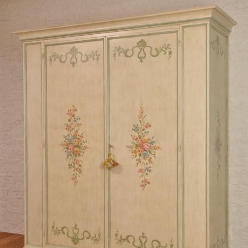 armadio a 2 ante costruito e decorato in stile 700 rococò veneziano realizzabile su misura essendo prodotto a mano in legno di abete massello
