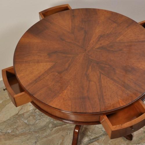 il brand di lusso e made in Italy Vangelista mobili 1960, ha riprodotto il tavolo rotondo con gambone tornito e piano intarsiato a spicchio d'arancio inseribile in lussuose case e importanti residenze