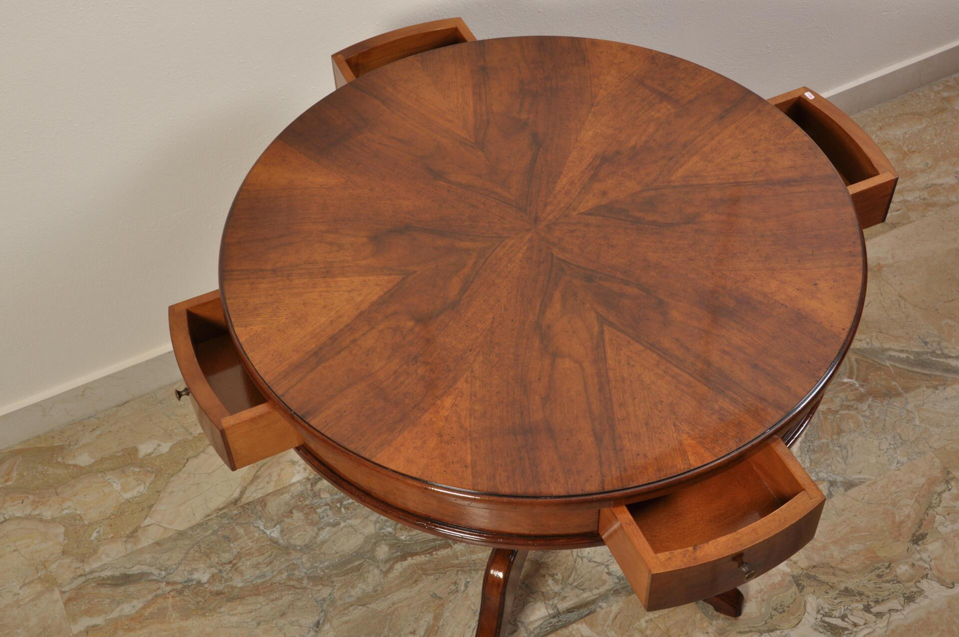 Tavolino rotondo da centro e da salotto in stile inglese for Case fabbricate in stile vittoriano