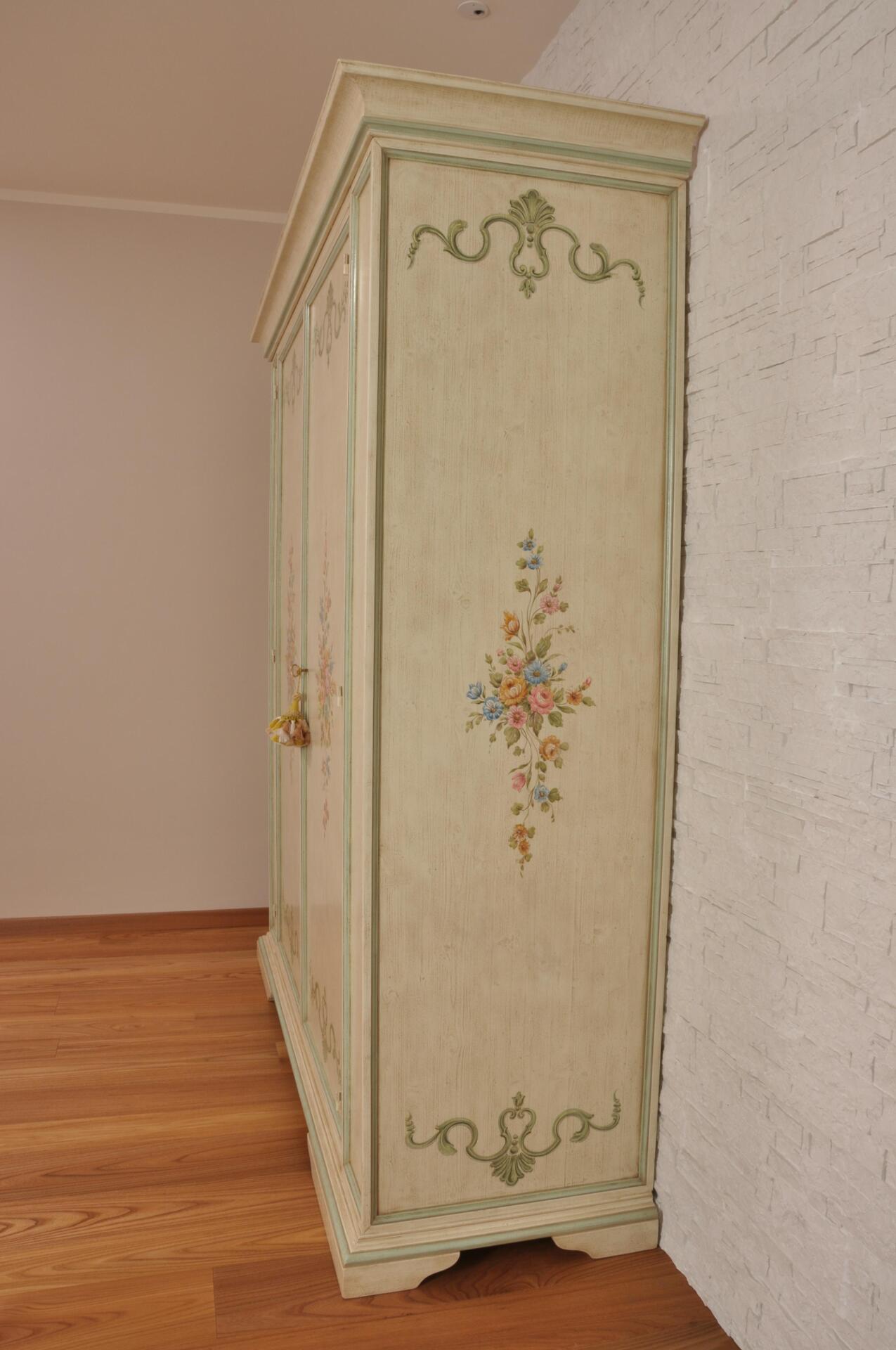 Produzione Armadi Su Misura.Luxury Double Leaf Door Cupboard In Big Dimensions Hand Decorated