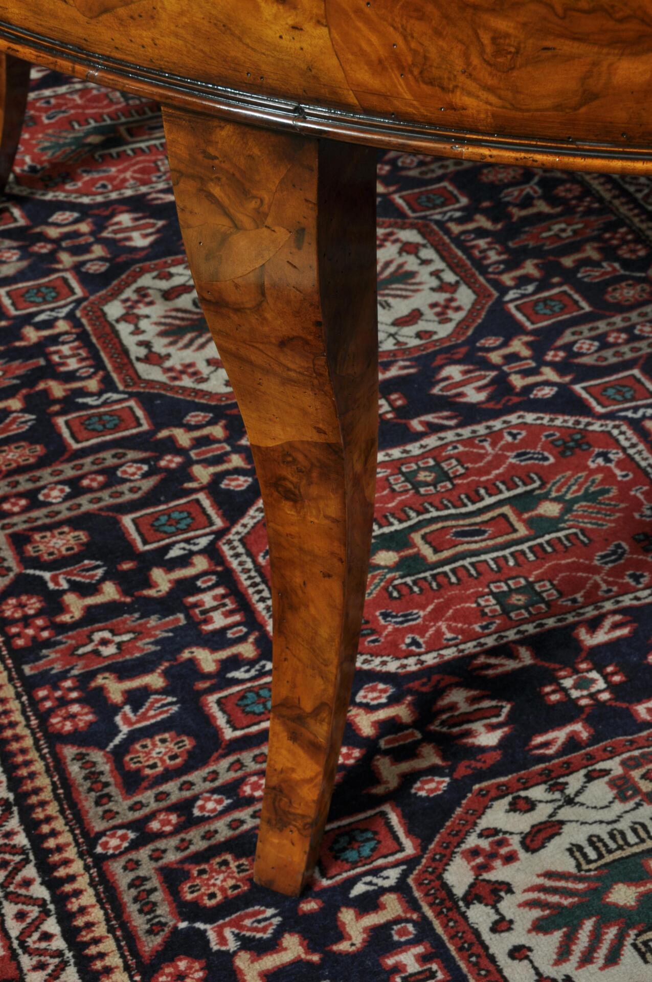 gambe del tavolo notevolmente sagomate e rivestite in radica di noce in 4 lati, prodotte e lastronate a mano e realizzabili su misura