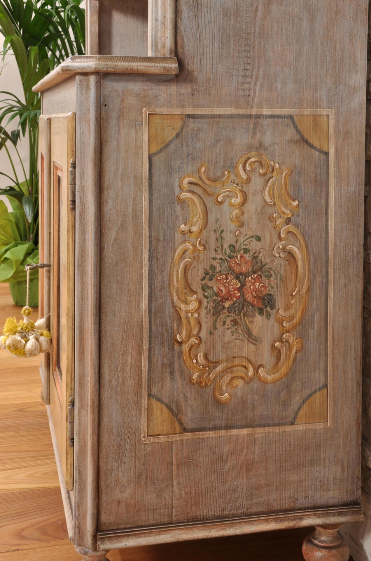 Vetrina credenza sagomata e decorata a mano in stile for Trentini arredamenti