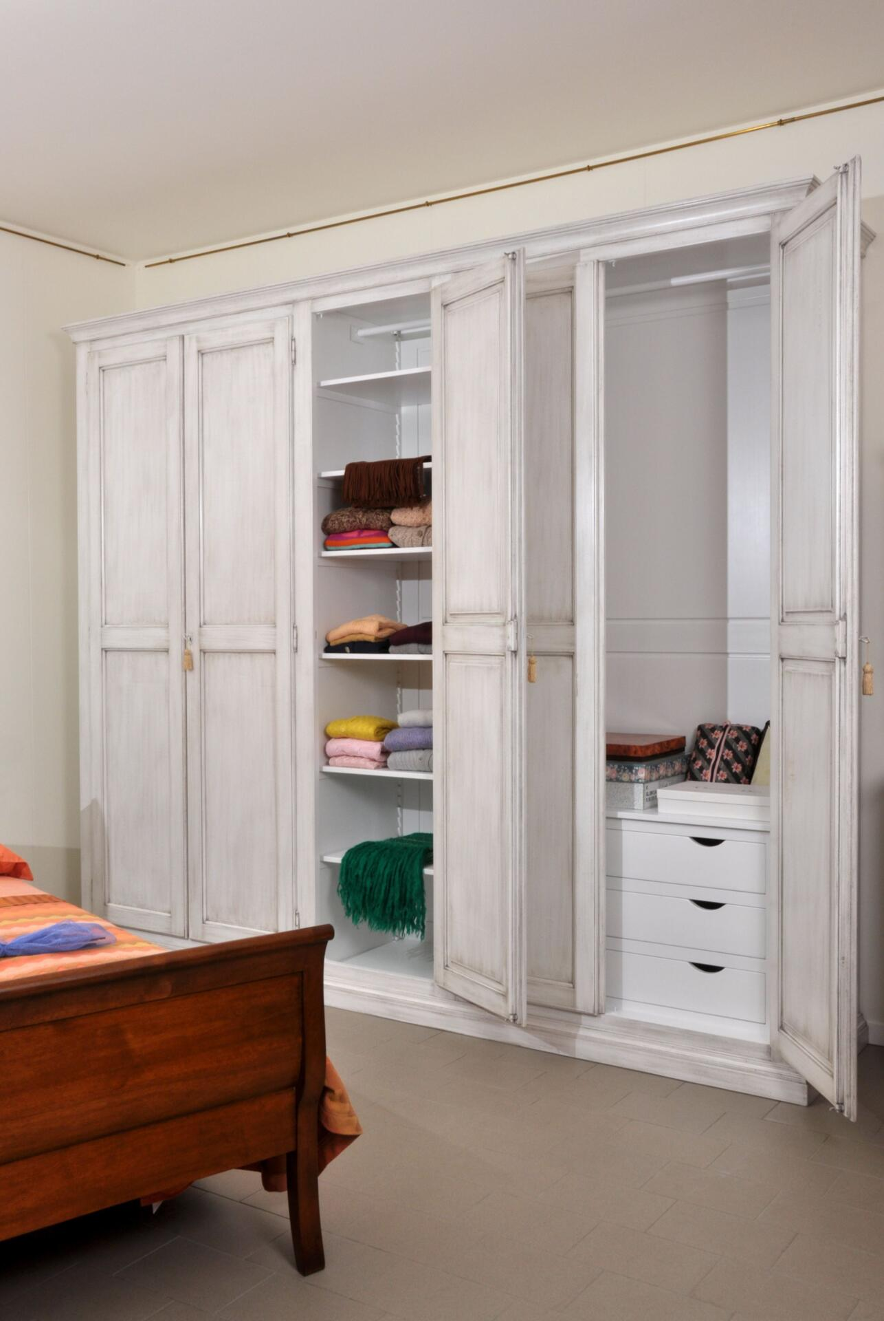Appendiabiti Su Misura big old-fashioned white lacquered bedroom cupboard in asolan