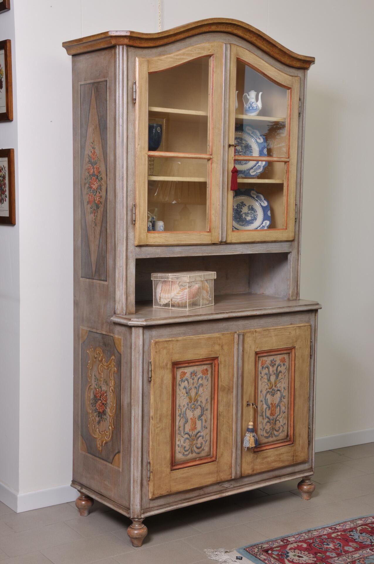 Vetrina credenza sagomata e decorata a mano in stile - Stile barocco mobili ...