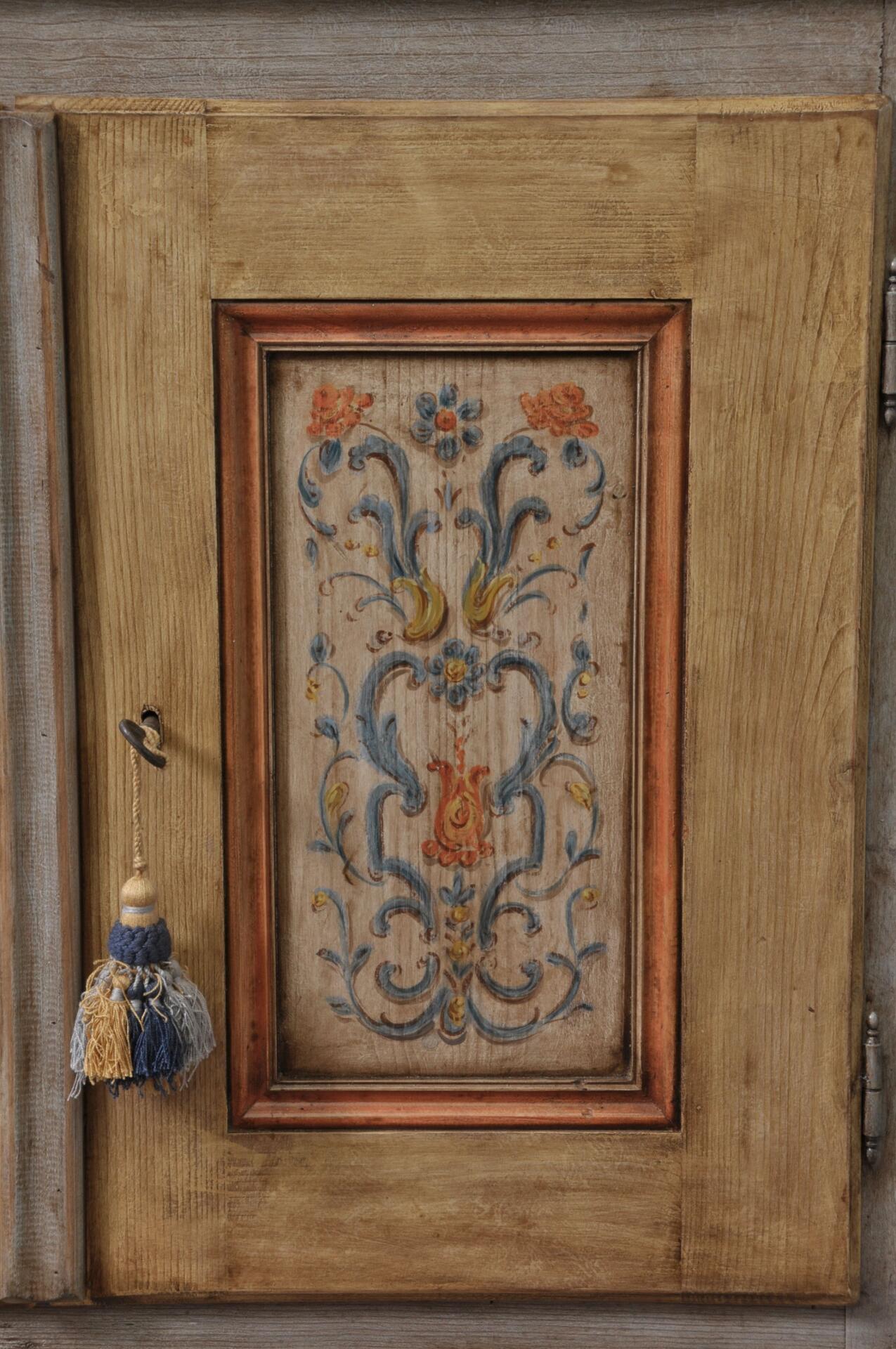 Vetrina credenza sagomata e decorata a mano in stile for Disegni di mobili paragon