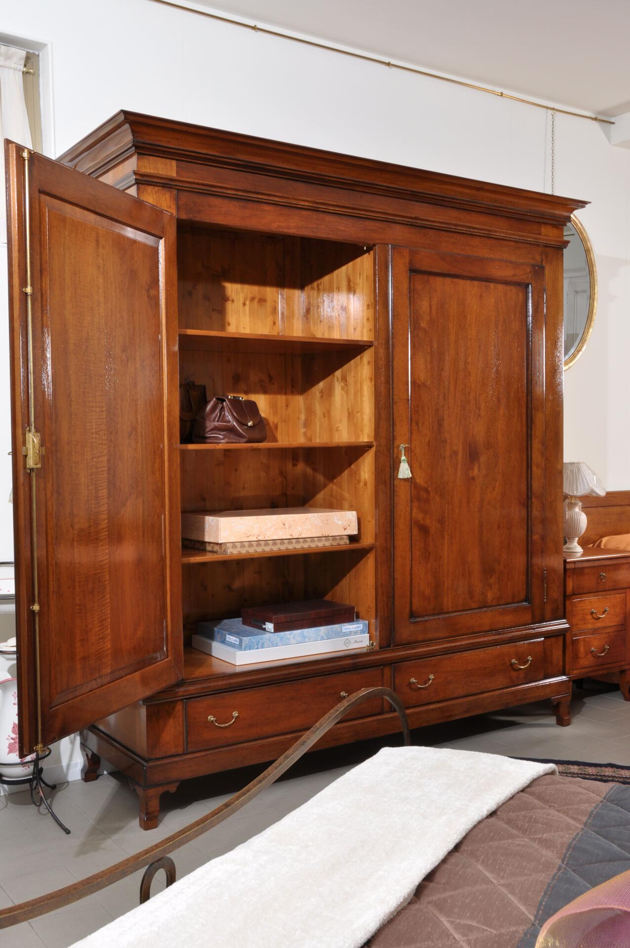 armadio realizzabile su misura con le ante grandi predisposto internamente in legno massello con piani regolabili e appendiabiti di realizzazione made in Italy