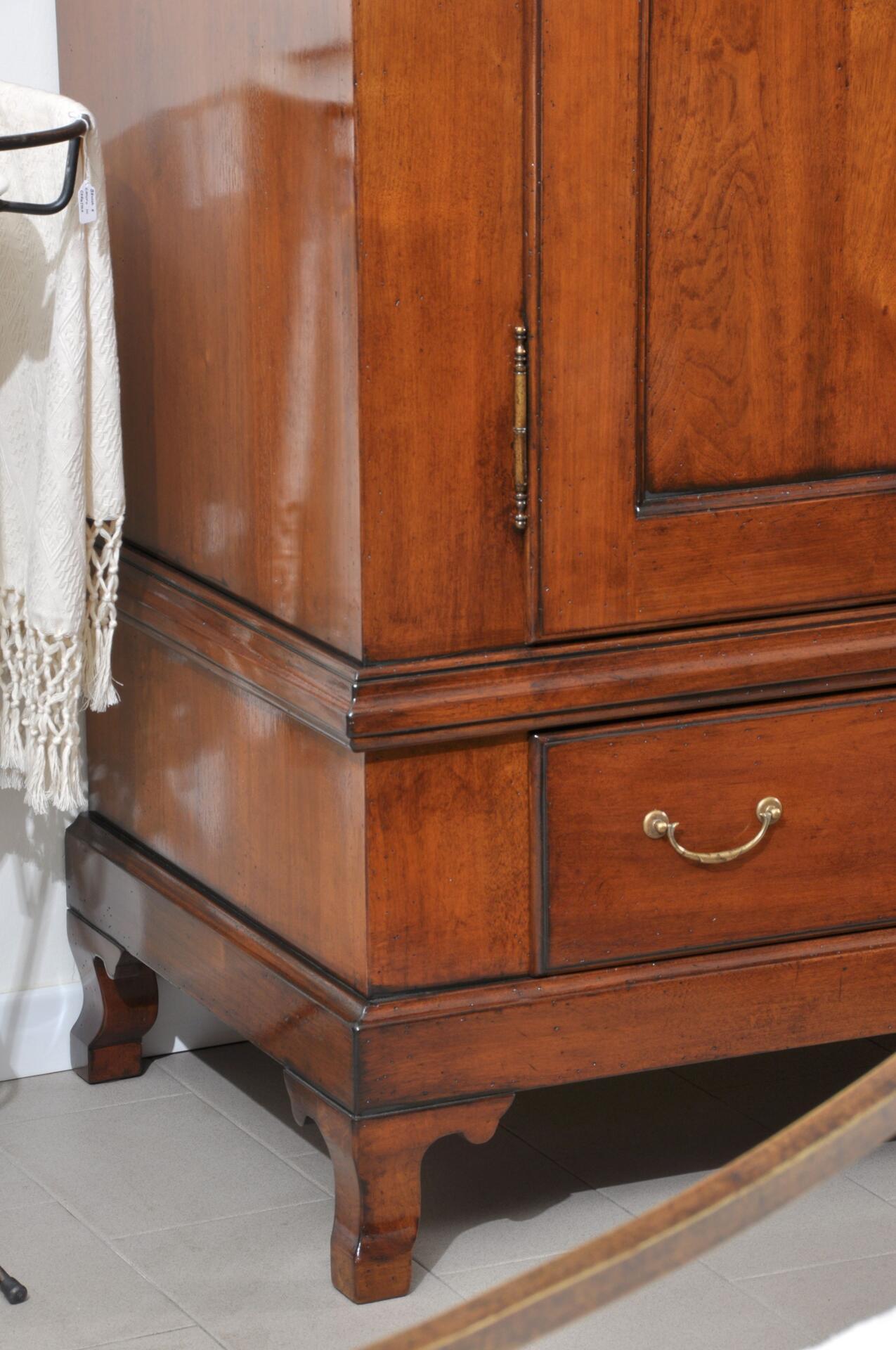 armadio con le gambe alte sagomate riprodotto a mano su misura nello stile classico provenzale francese arredo di lusso