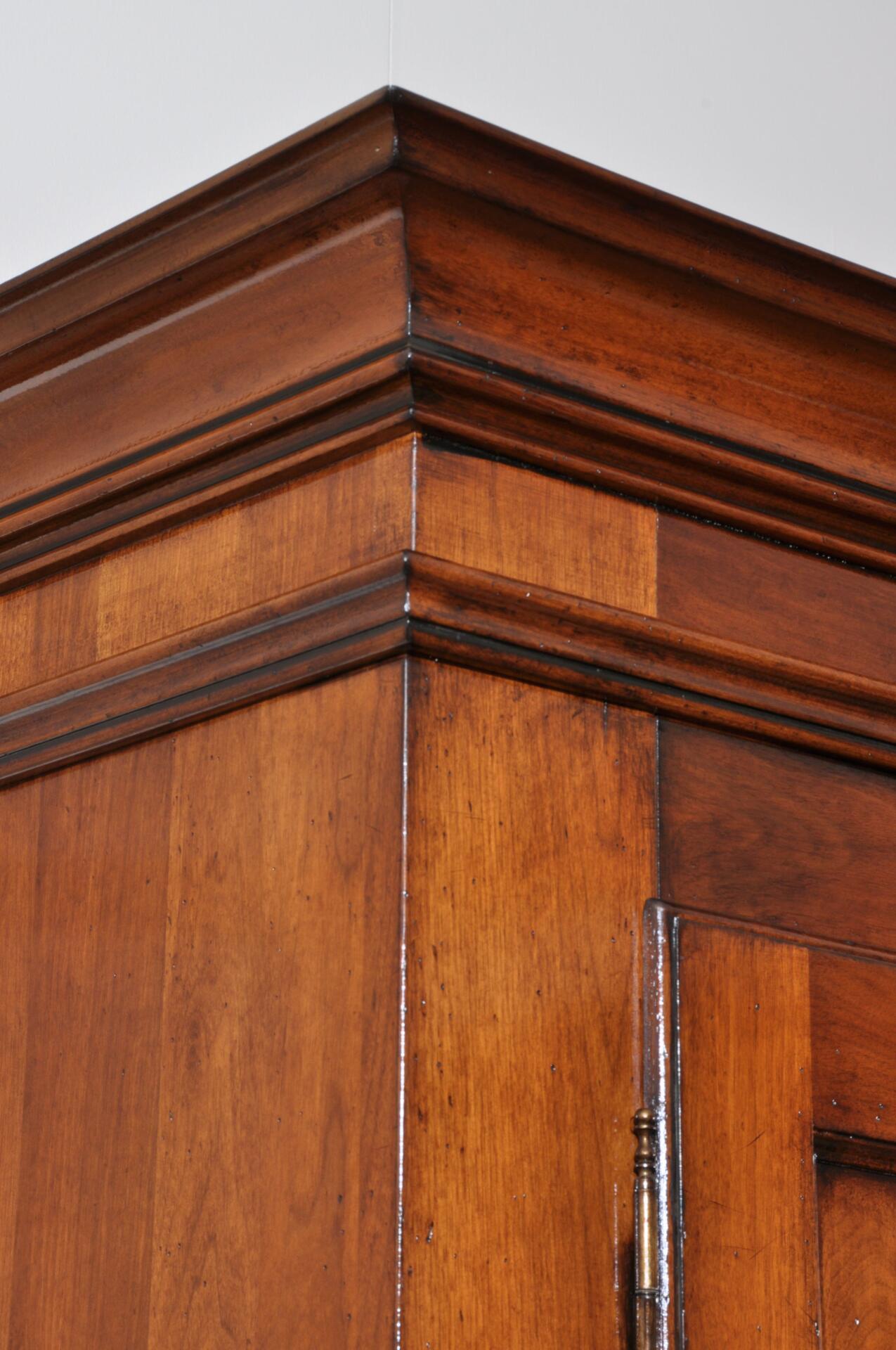 riproduzione armadio in noce massello arredo made in Italy costruito dentro il laboratorio di alta ebanisteria vangelista mobili 1960