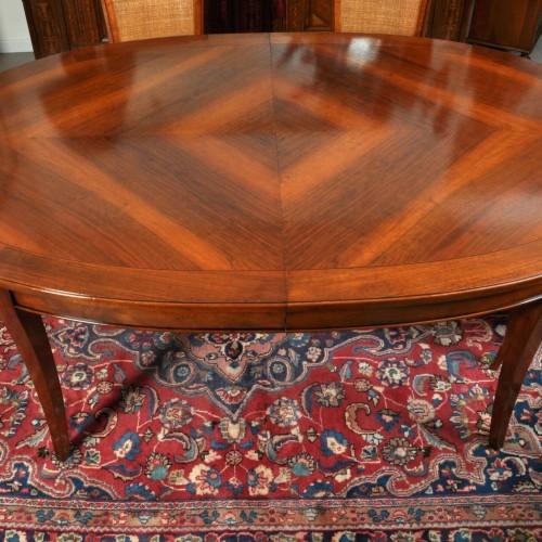 tavolo ovale estensibile realizzato in Italia in grandi misure costruito su misura con intarsi in essenza pregiata di noce arredo di lusso made in Italy fatto a mano