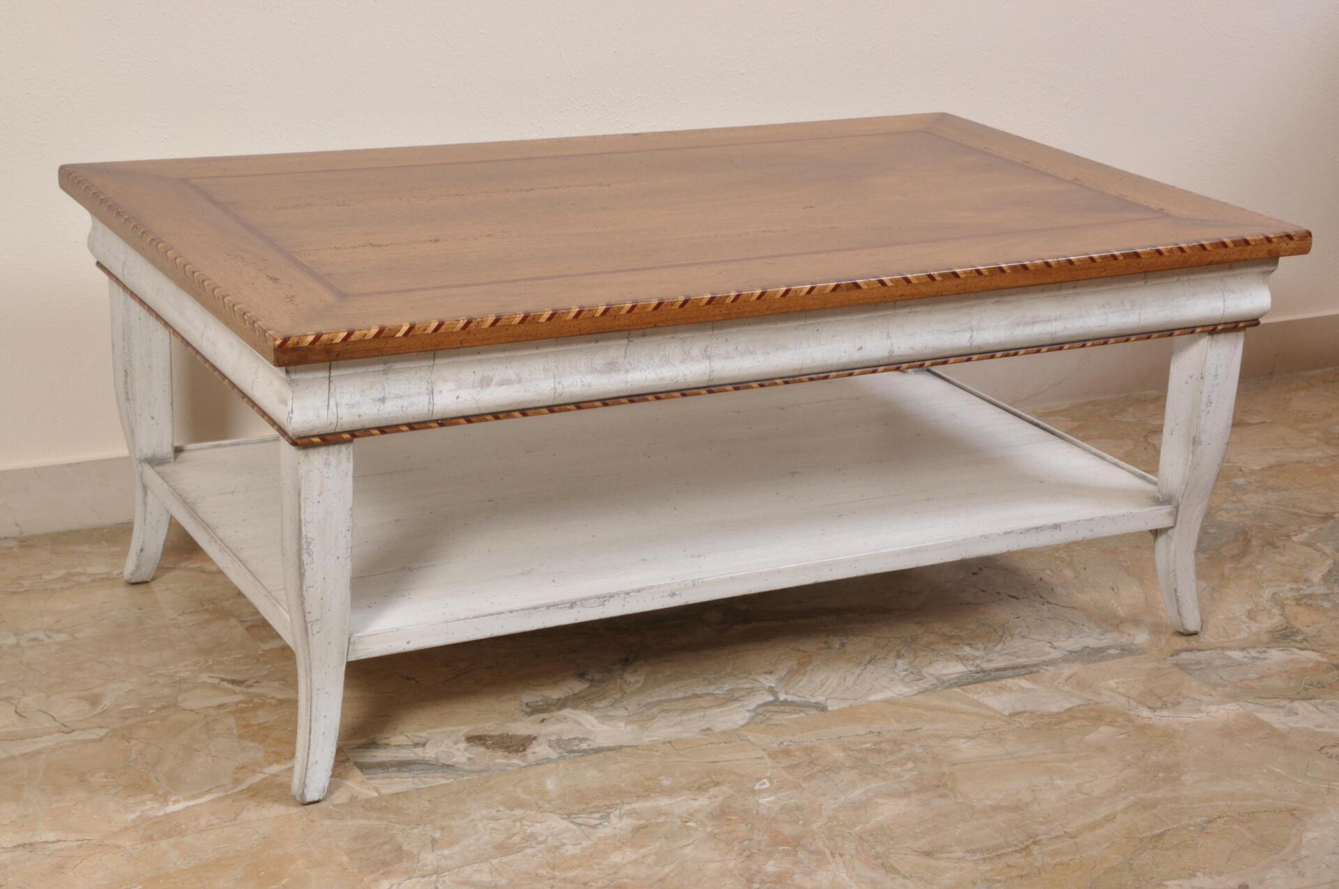 Tavolo da tè e da salotto finemente intarsiato in stile classico