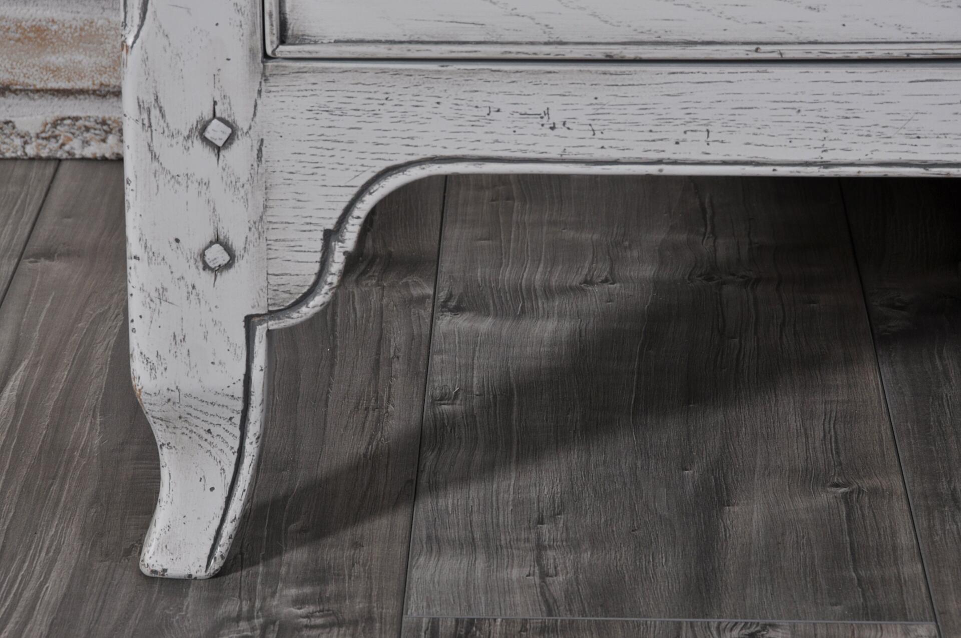 gambe riprodotte e sagomate nello stile provenzale arricchite da in cordoncino intagliato e scolpito a mano con elegante chiodini di rovere