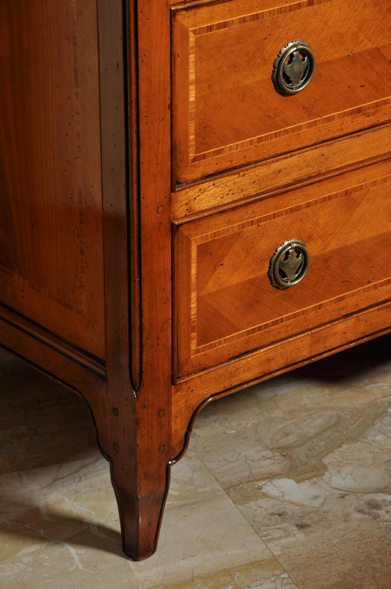 realizzazione comò intarsiato in stile provenzale in essenza di ciliegio con filetti in acero e legno di rosa costruito su misura
