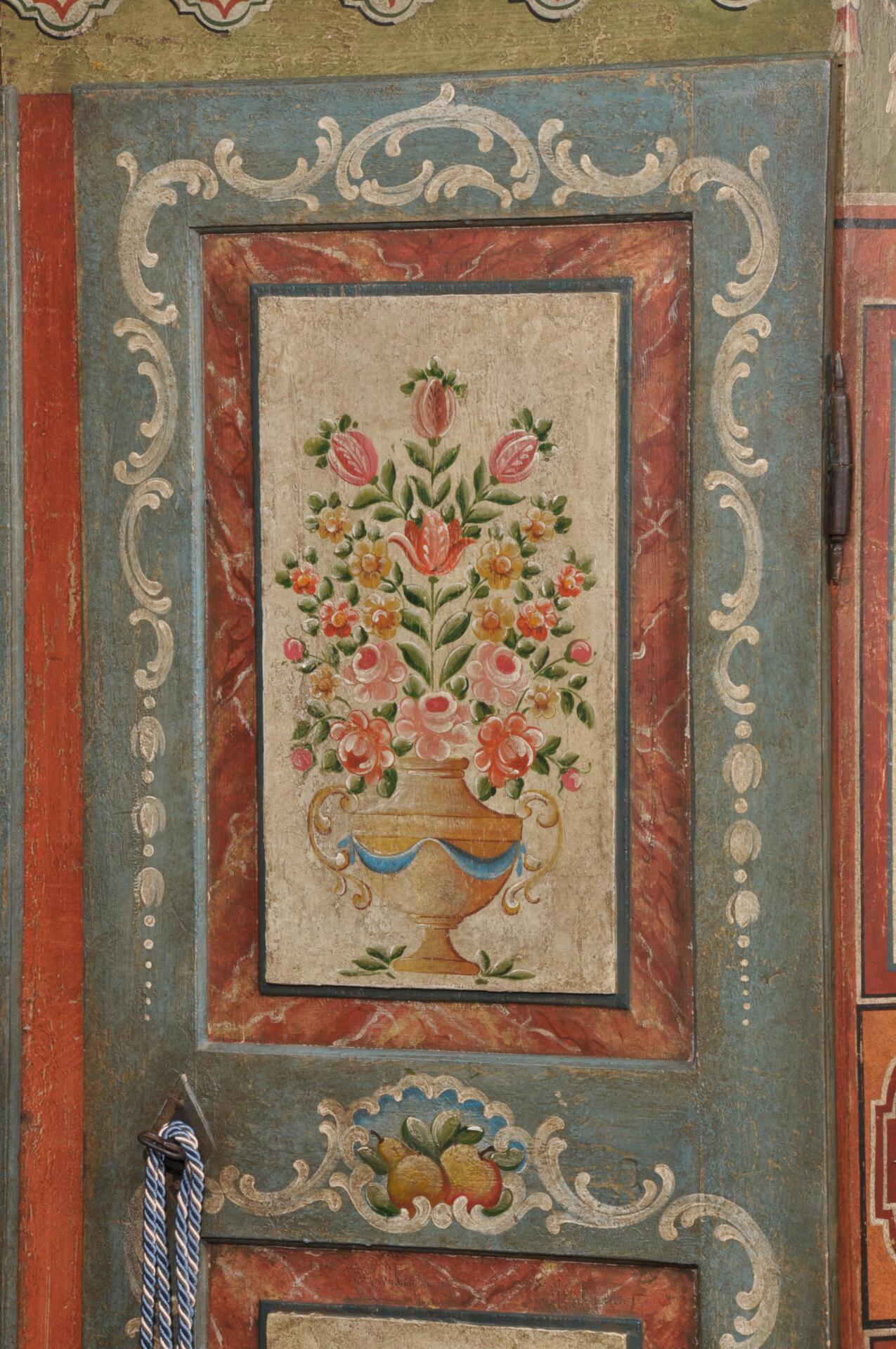 Importante e signorile armadio di lusso a due ante for Mobili dipinti di design