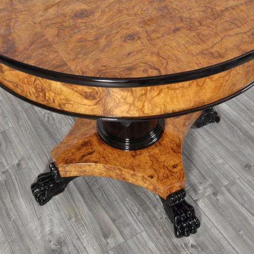 tavolo rotondo bicolore con intarsi intarsi lucidati tonalità miele colonna e intagli zampe ferine laccate nero lucido rifinito con prodotti naturali a mano