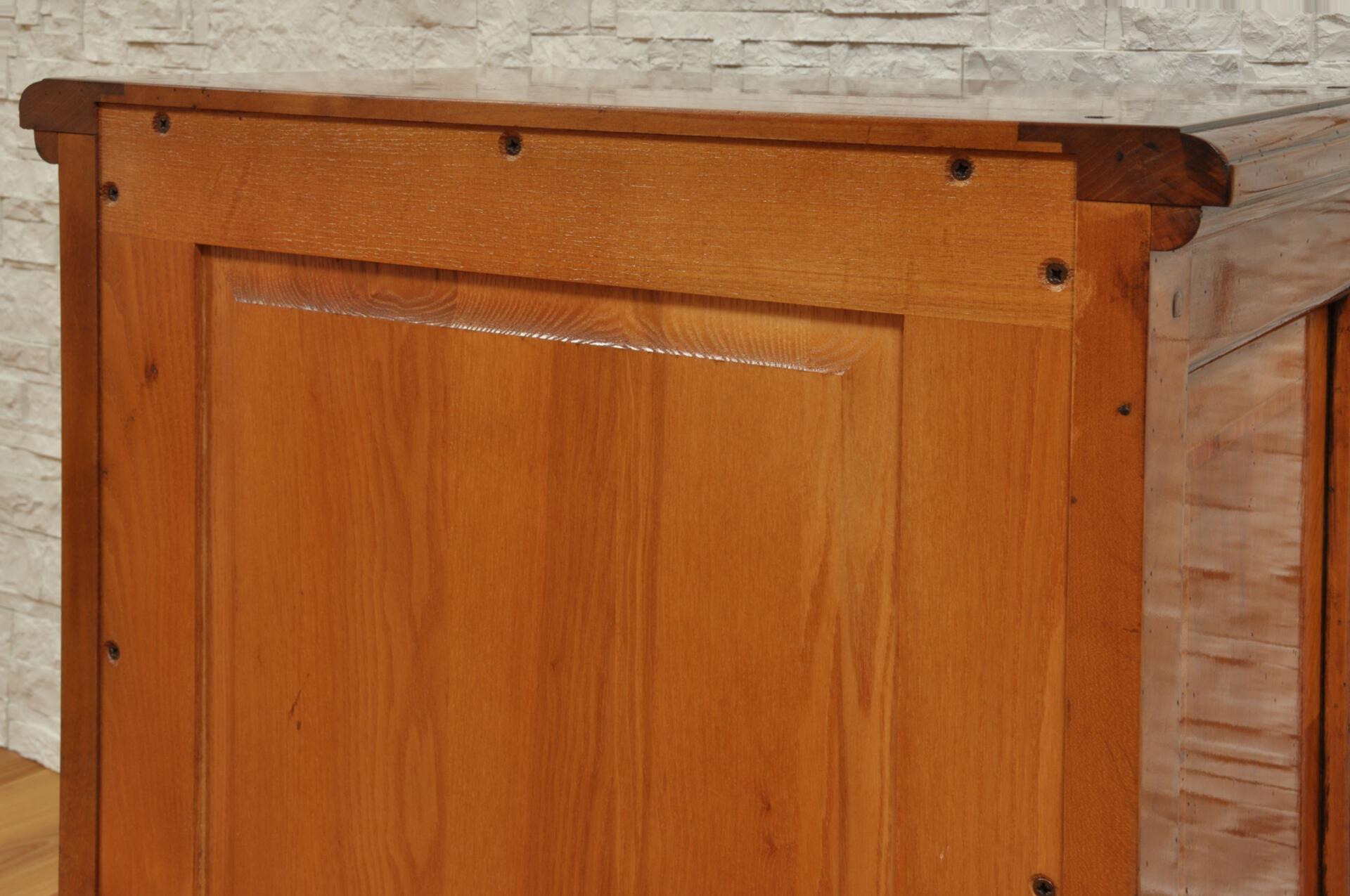 schienale lavorato con telaio a croce in legno pregiato di frassino massello