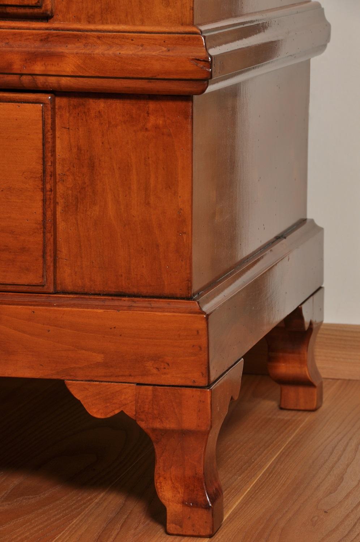 gambe di sostegno sagomate in legno di ciliegio massello dell'armadio di grandi dimensioni costruito in stile francese provenzale