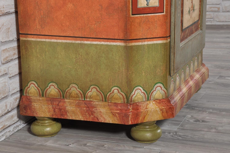 armadio di montagna tirolese con decorazioni floreali e barocchi costruito su misura ad una anta con le gambe tornite dipinti di pregio floreali e barocchi