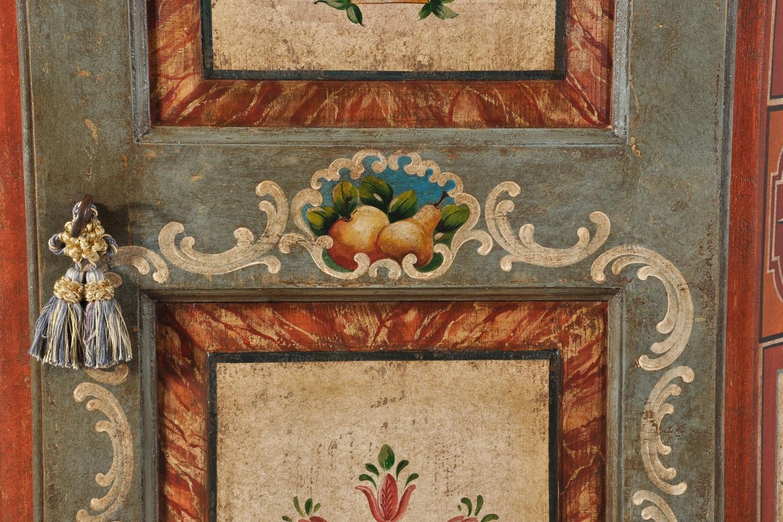 armadio decorato tirolese dai colori vivaci policromi prodotti a mano con tempere naturali eseguite su misura nel laboratorio di alta ebanisteria Vangelista mobili
