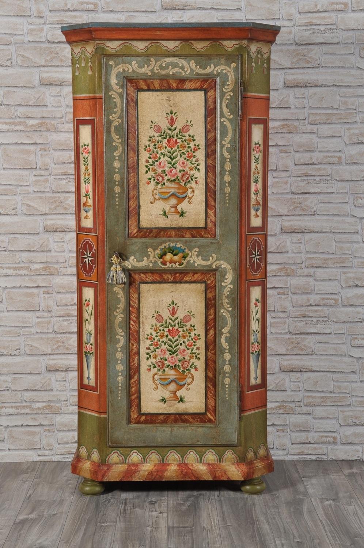 esclusivi colori vivaci tipici degli arredo di montagna tempere naturali verde rosso bianco della colonna armadio dispensa di pregio decorato in stile classico tirolese eseguito a mano