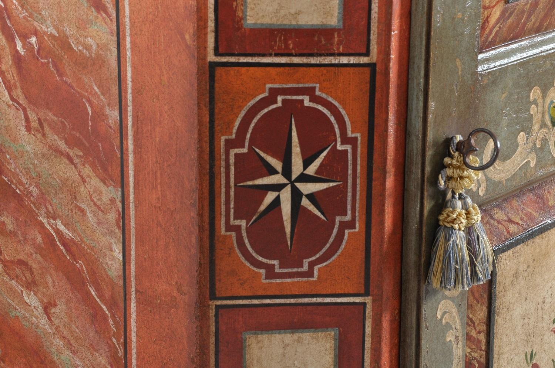armadio decorato e dipinto di produzione made in Italy fatto in Veneto a mano su misura con i 2 fianchi in finto marmo lavorazioni di alto valore e pregio prodotto esclusivo di lusso