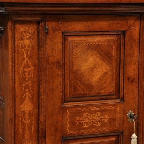 credenza di grandi misure intarsiata in acero e noce legni nobili con disegni floreali riprodotti nel laboratorio del brand di lusso Vangelista