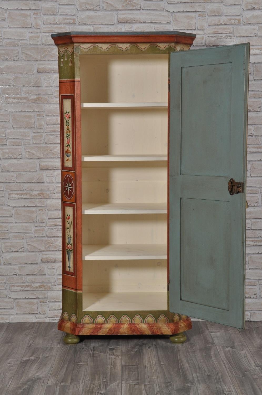 armadio originale di lusso prodotto su misura in legno di abete massello con ripiani regolabili con scalette in legno a cremagliera realizzato artigianalmente su misura