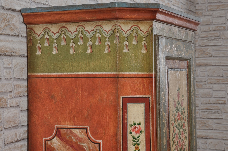 importanti pitture con cappe tirolesi e finto marmo dalle tonalità e colori vivaci del 1600 prodotte a mano come il modello di lusso d'epoca