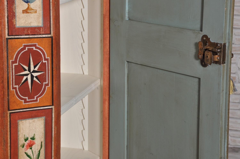 armadio d'epoca del seicento tirolese dipinto ad una anta con la serratura in ferro forgiato e cesellato fatta a mano dentro il laboratorio di alta ebanisteria Vangelista Mobili 1960