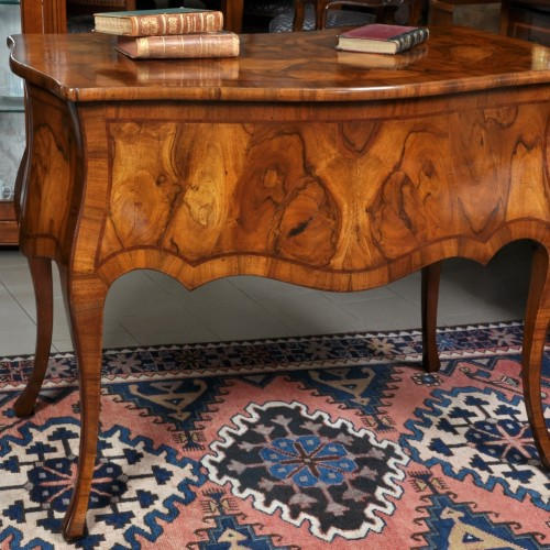 luxury desk inlaid with walnut and briar made to measure with 5 drawers from the made in Italy brand Vangelista Mobili shaped and rough furniture made in italy